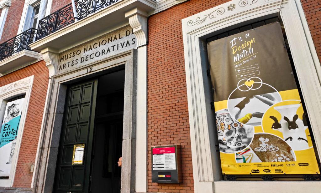 Entrada del Museo Nacional de Artes Decorativas en Madrid